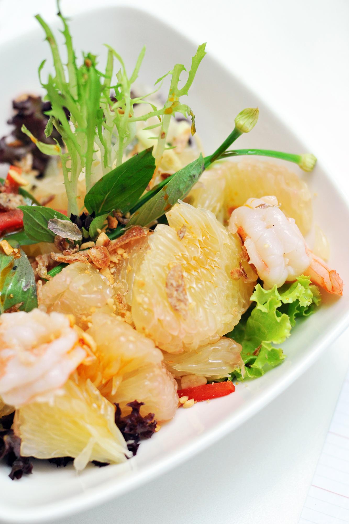 Krevetový salát s pomelem recept