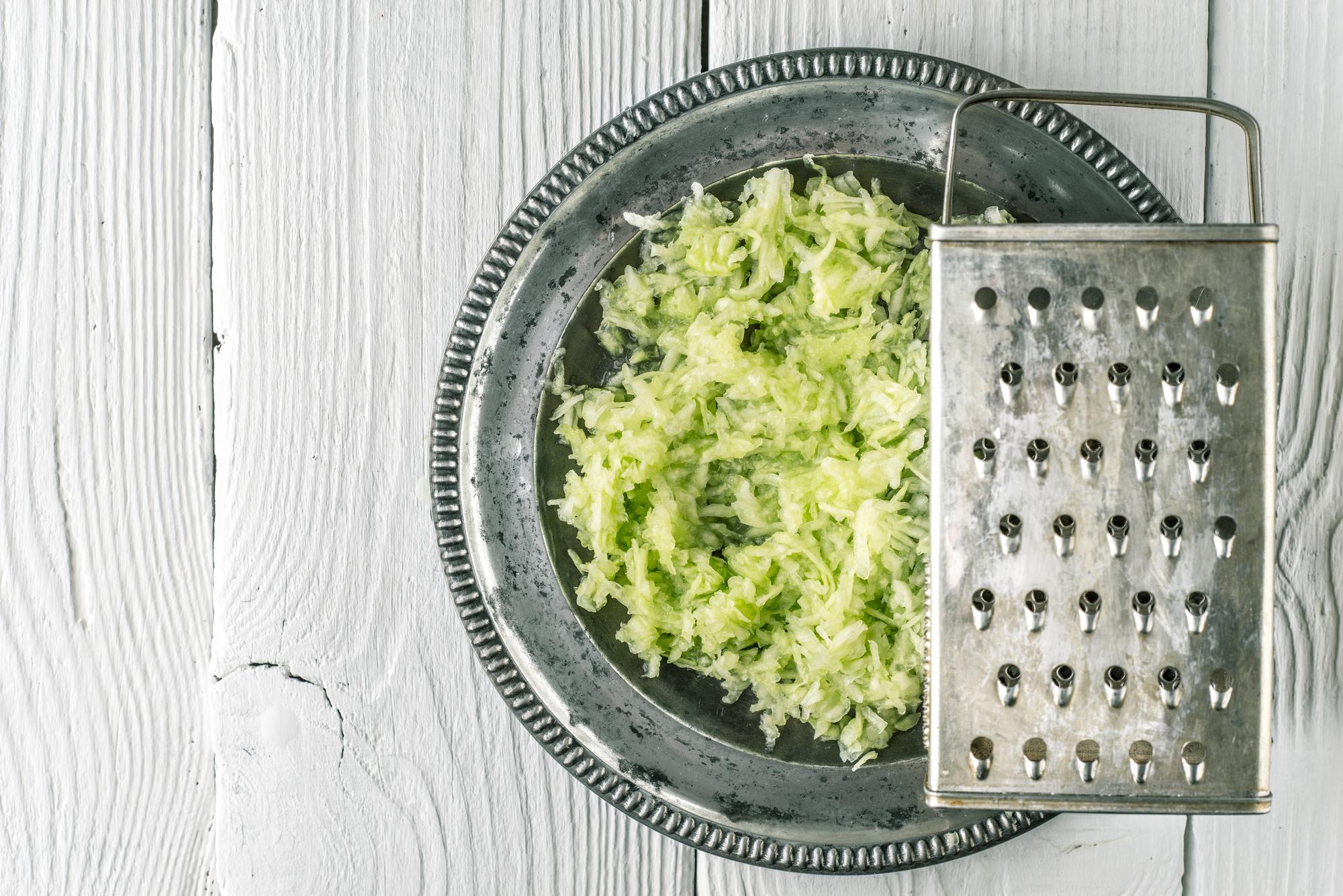 Okurkový salát s cibulí recept